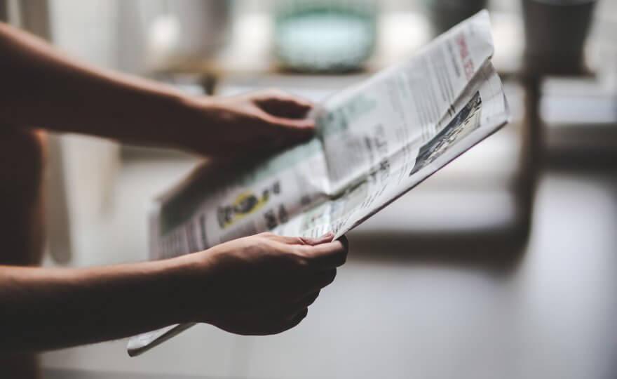 Homem a ler jornal